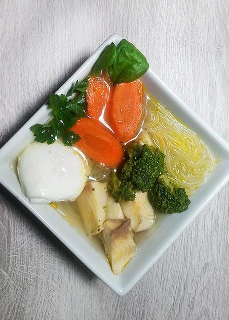 halból és üvegtésztából készült leves
