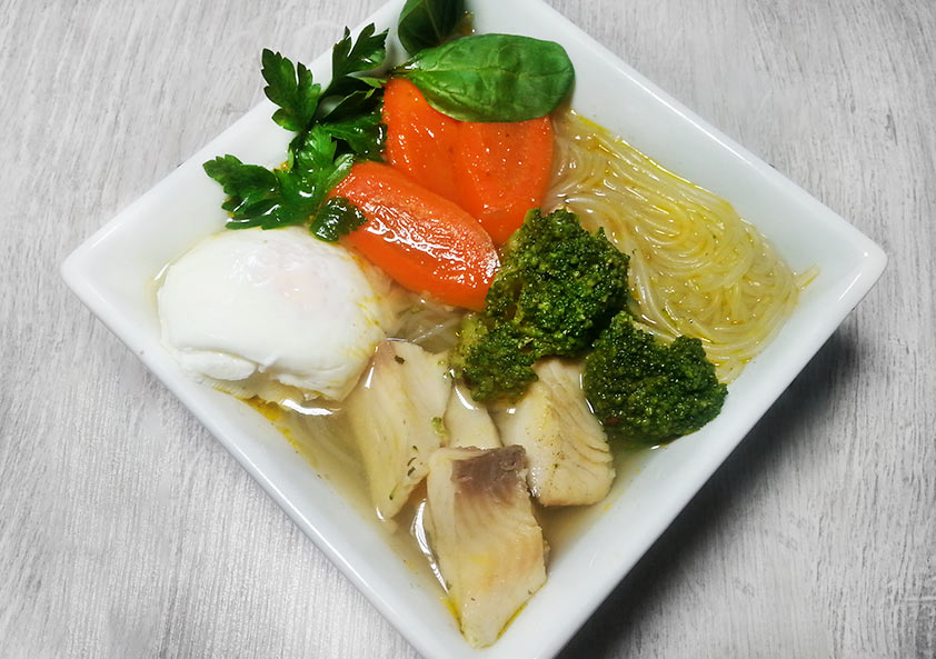 ázsiai jellegű diétás halleves üvegtésztával és buggyantott tojással