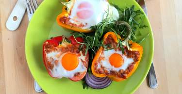 Tonhallal és tojással töltött sült kaliforniai paprika