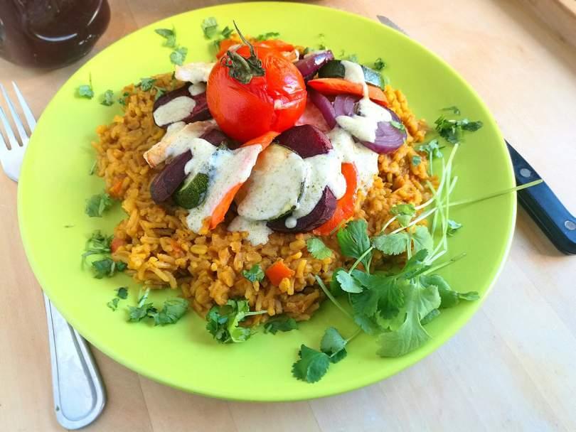 Egészséges vegán recept mogyorókrémmel, rizzsel és zöldségekkel
