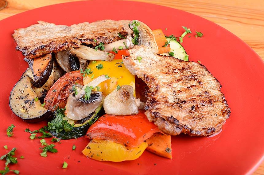 sertéskaraj natúrszelet és serpenyős zöldségek recept