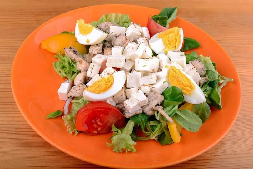 Recept testépítőknek: saláta csirkemellel és gomolyával