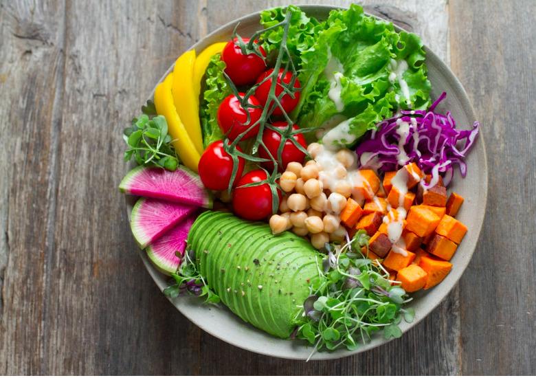 Az ideális diéta mindenkinek mást jelent – azonban létezik néhány trükk, ami mindannyiunknak biztosan segít a zsírfelesleg leadásában.