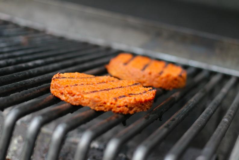 Ha izomnövelés, akkor a csirkemell szinte mindig ott figyel a bevásárlólista élén... De mi a helyzet, ha unjuk már – vagy épp nem eszünk húst? Vegán fehérjeforrások húsmentes fehérje szejtán