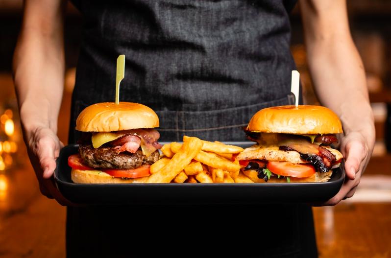 Irigykedve nézed a barátaidat, akik lazán betolnak két brutál hamburgert, mégis póznavékonyak maradnak? Így lehet neked is gyors anyagcseréd!