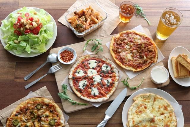 Diétázni szívás – főleg, ha nem eheted a kedvenc ételeidet. Íme pár súlycsökkentő tipp – és kapsz tőlünk egy csomó egészséges receptet is! clean gyorskaják pizza hamburger