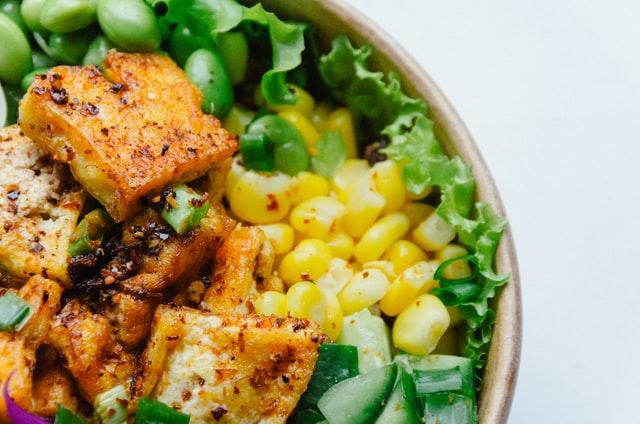 A csirkemell elengedhetetlen, ha kidolgozott izmokra vágysz. Vagy mégsem? A legjobb Clean fehérjeforrások. Csicseriborsó, szejtán, tofu.